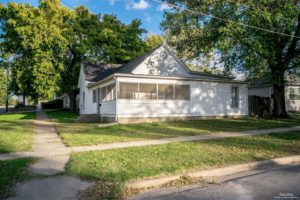Cute cottage with large rooms – 101 Spruce Ave, Minneapolis